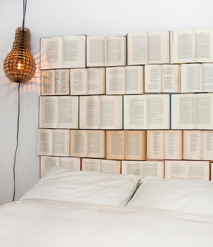cabeceira de cama feita com livros