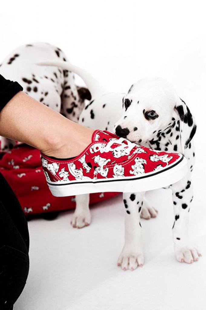 tênis vermelho com estampas de cachorro - cachorro dálmata