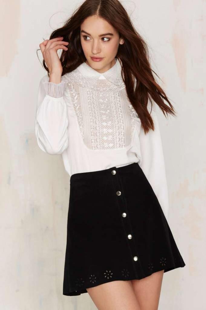 look: saia com botões e camisa branca