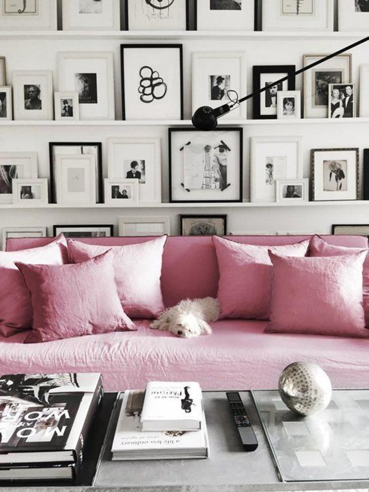 sala decoração rosa e cinza - muito quadros