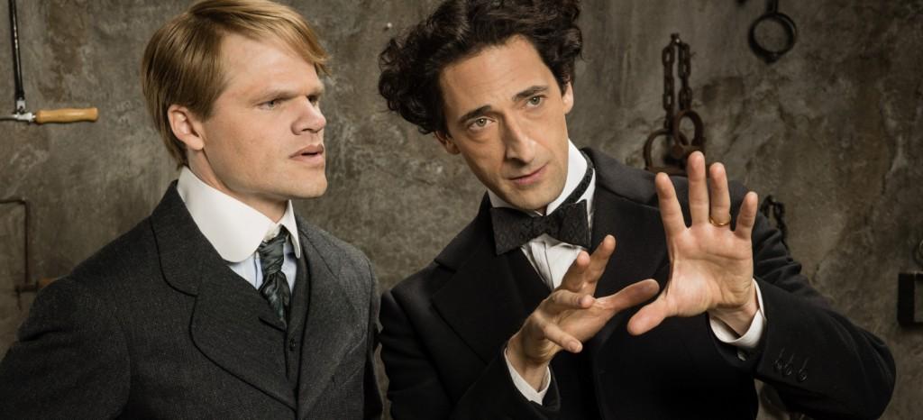 Adrien Brody caracterizado como Houdini e um assistente