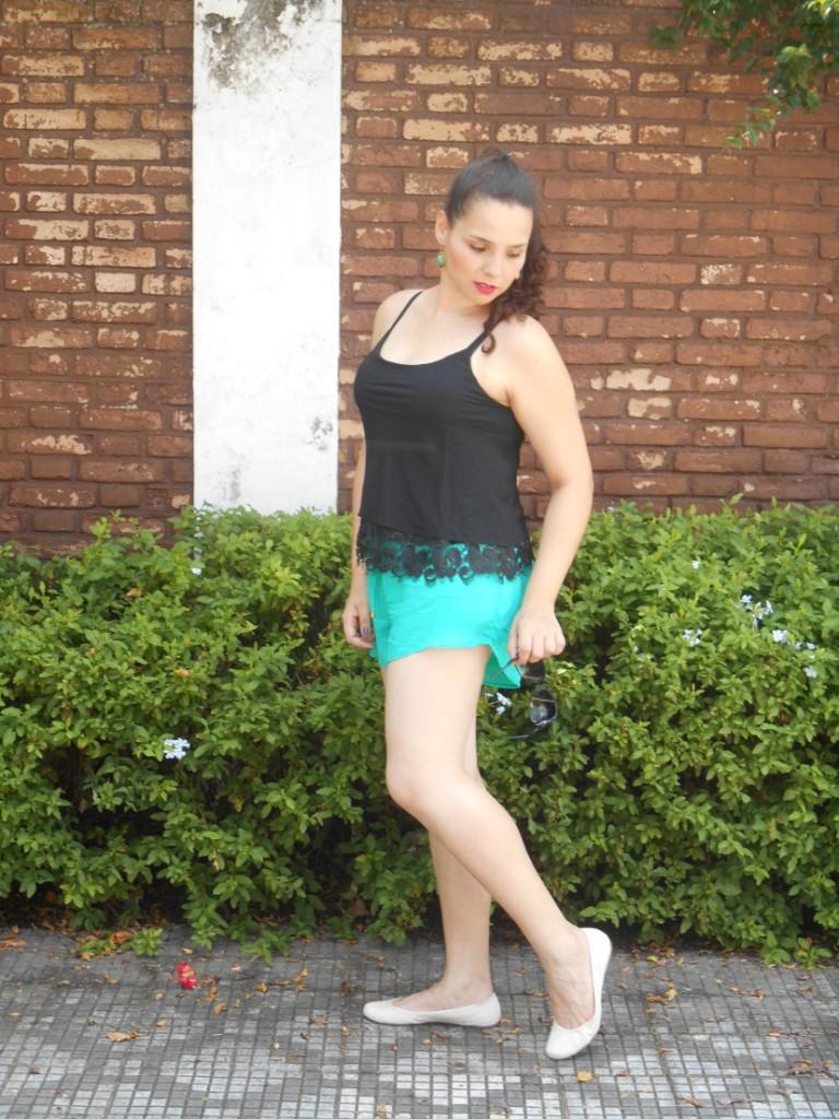 look - short verde água e blusa preta