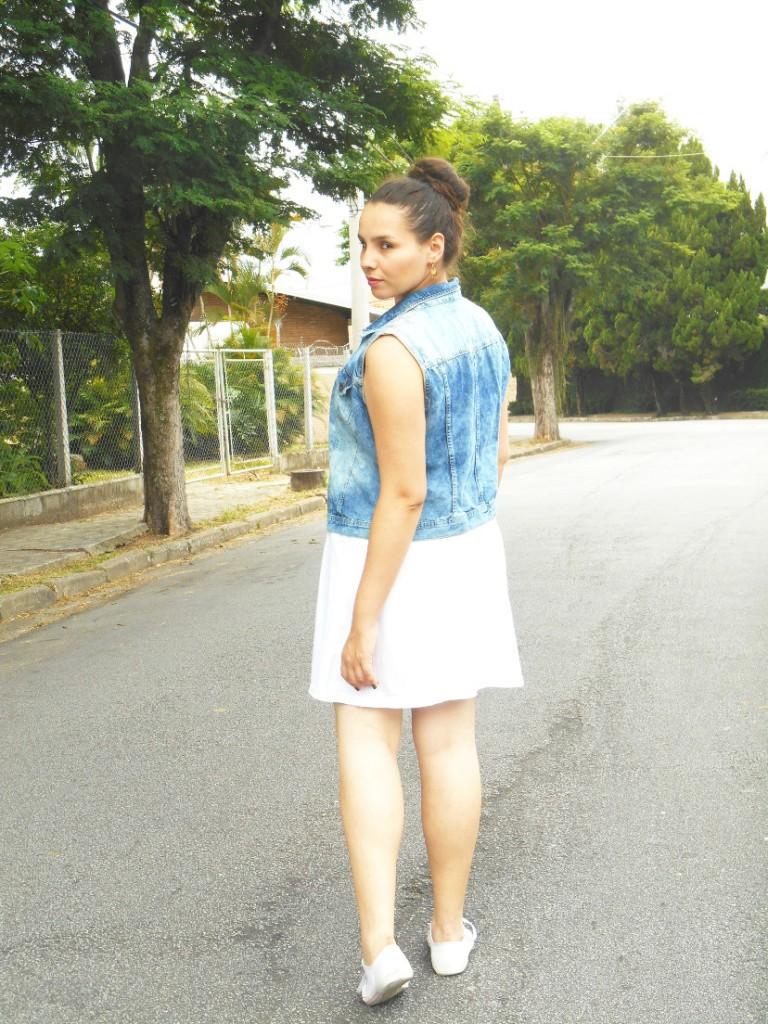 look do dia - colete jeans + tênis + vestido