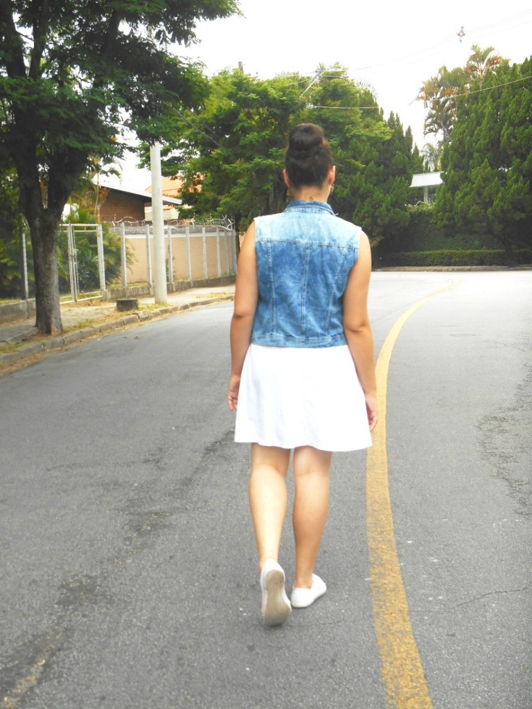 colete jeans - tênis branco - vestido - look