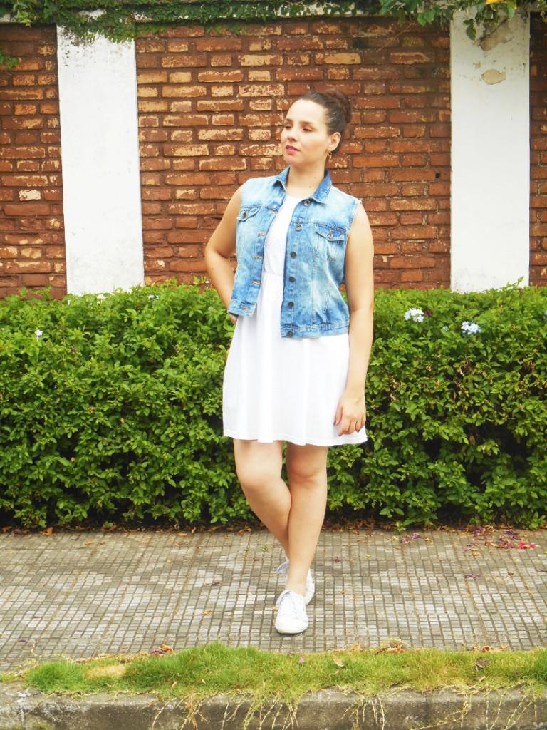 vestido branco com tênis e colete