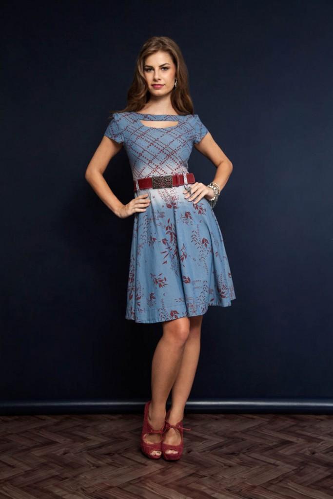 look vestido azul com cinto