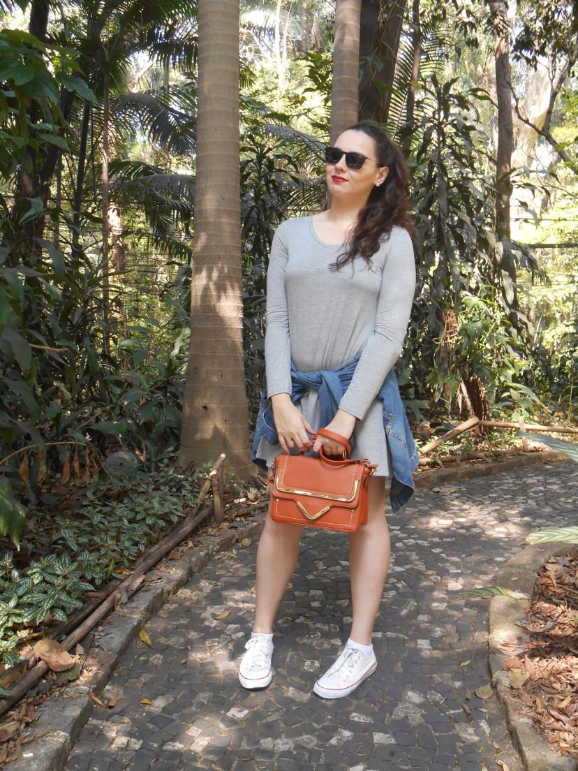 look jaqueta jeans e vestido cinza