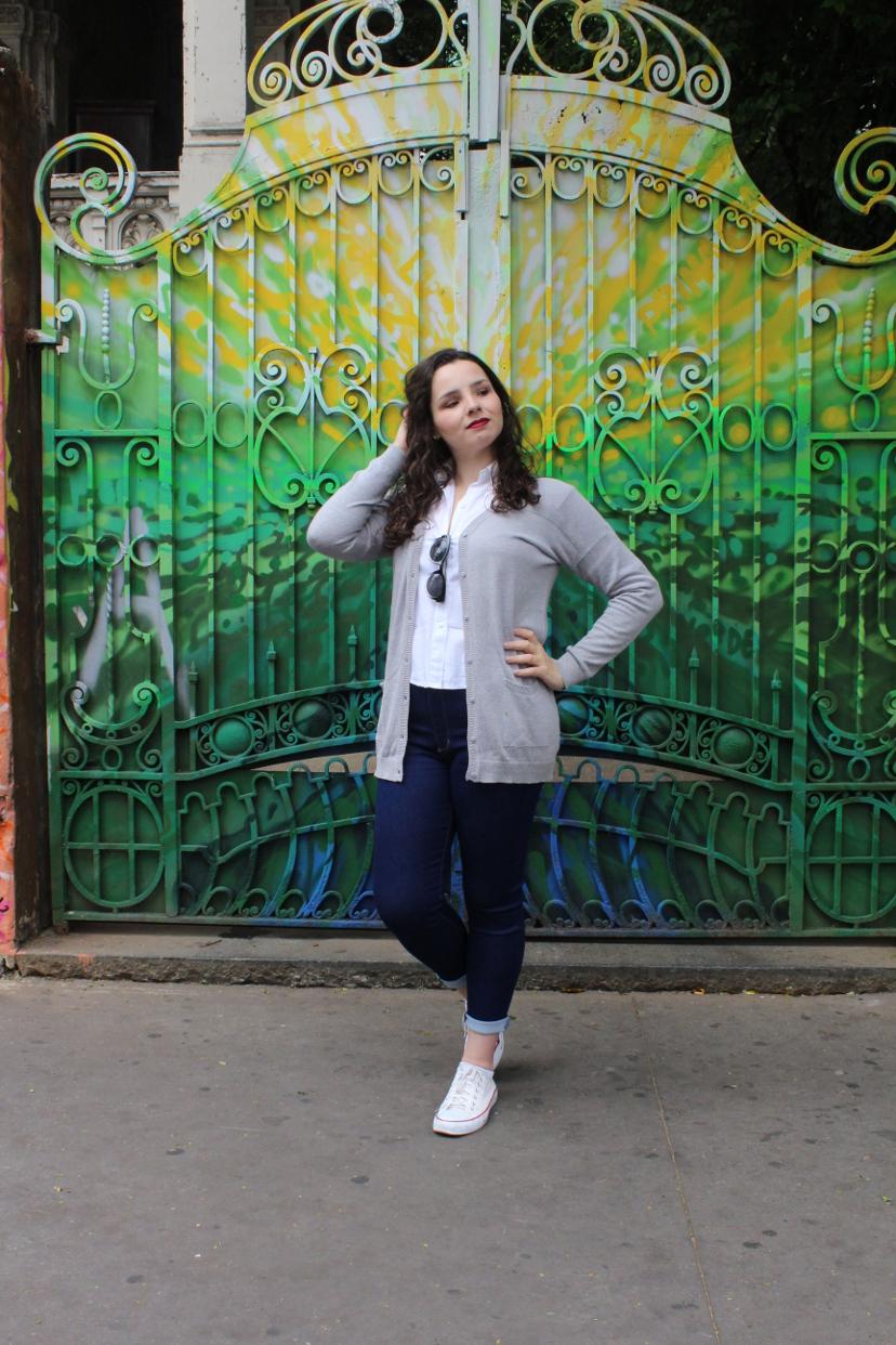 look - calça jeans e cardigã cinza