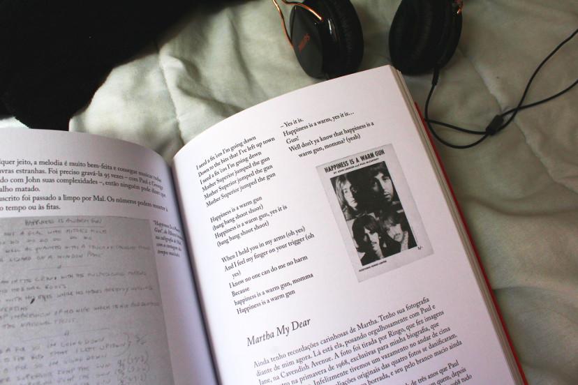 Livro As Letras Dos Beatles - Página interna com fone ao lado