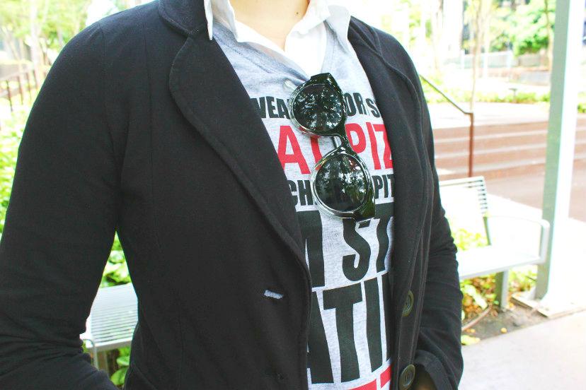 Como usar blazer com camiseta divertida