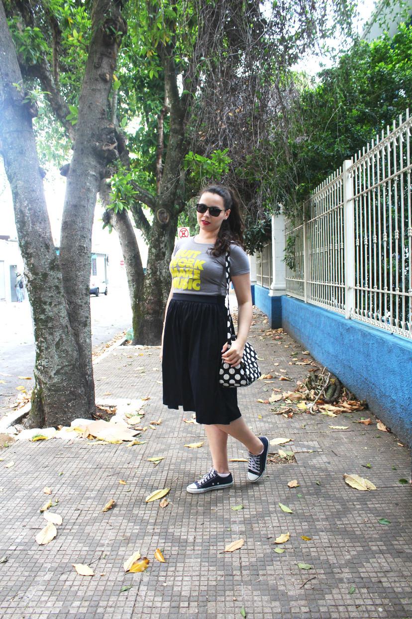 look-saia-midi-com-tênis-e-camiseta