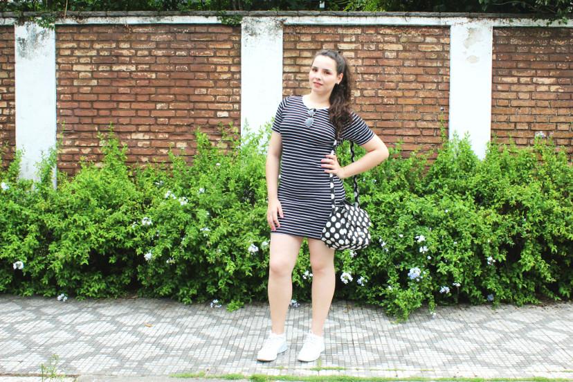 look - vestido listrado com tênis