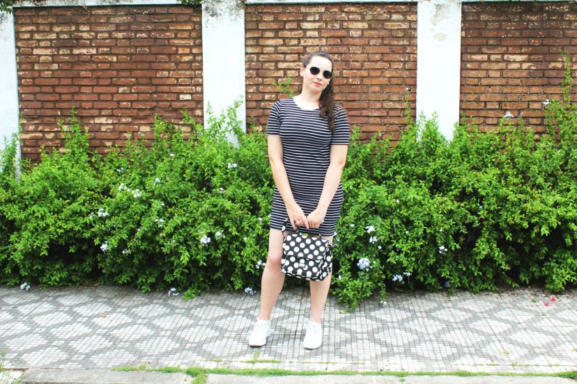 como usar vestido listrado com tênis