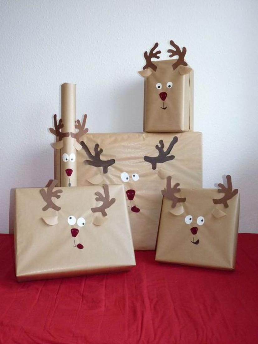 presentes de natal com embrulhos natalinos