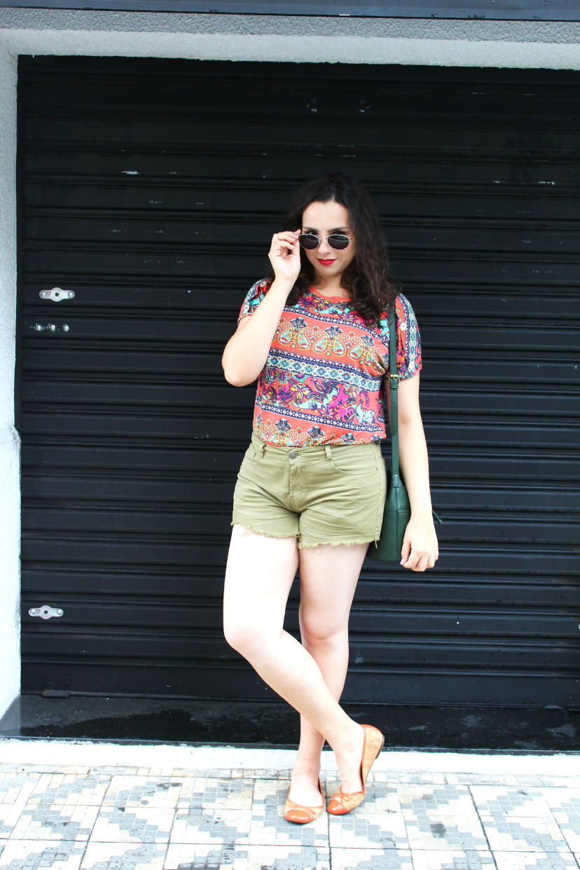 look com shorts colorido e blusa estampada