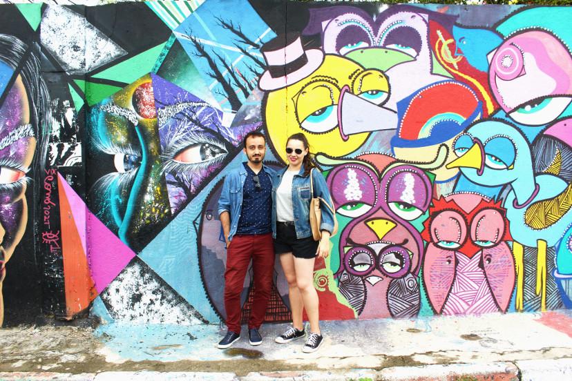 beco do batman - pausa para fotos em muro de grafite