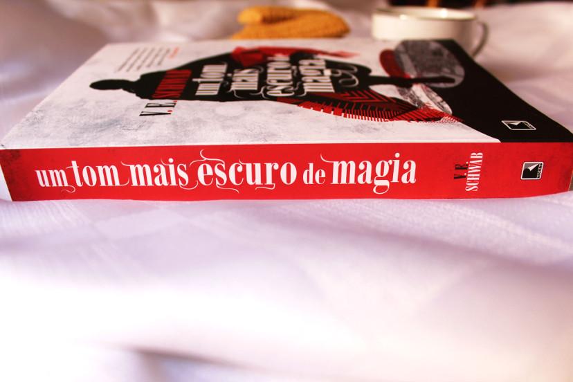 resumo do livro um tom mais escuro de magia