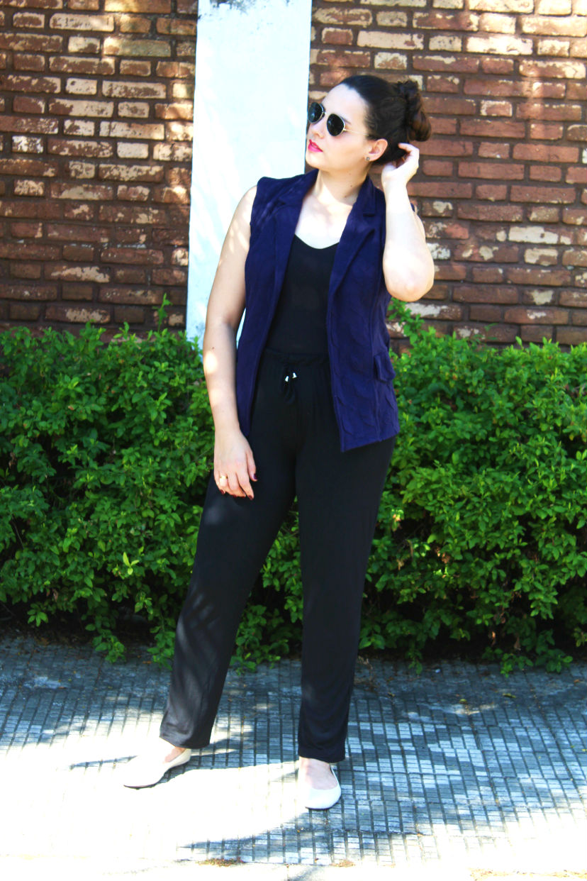 look all black com colete azul