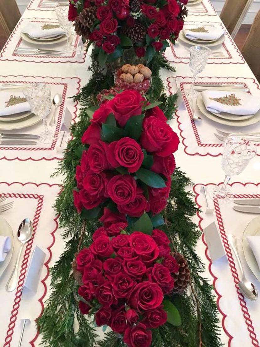Decoração de mesa de natal com rosas vermelhas