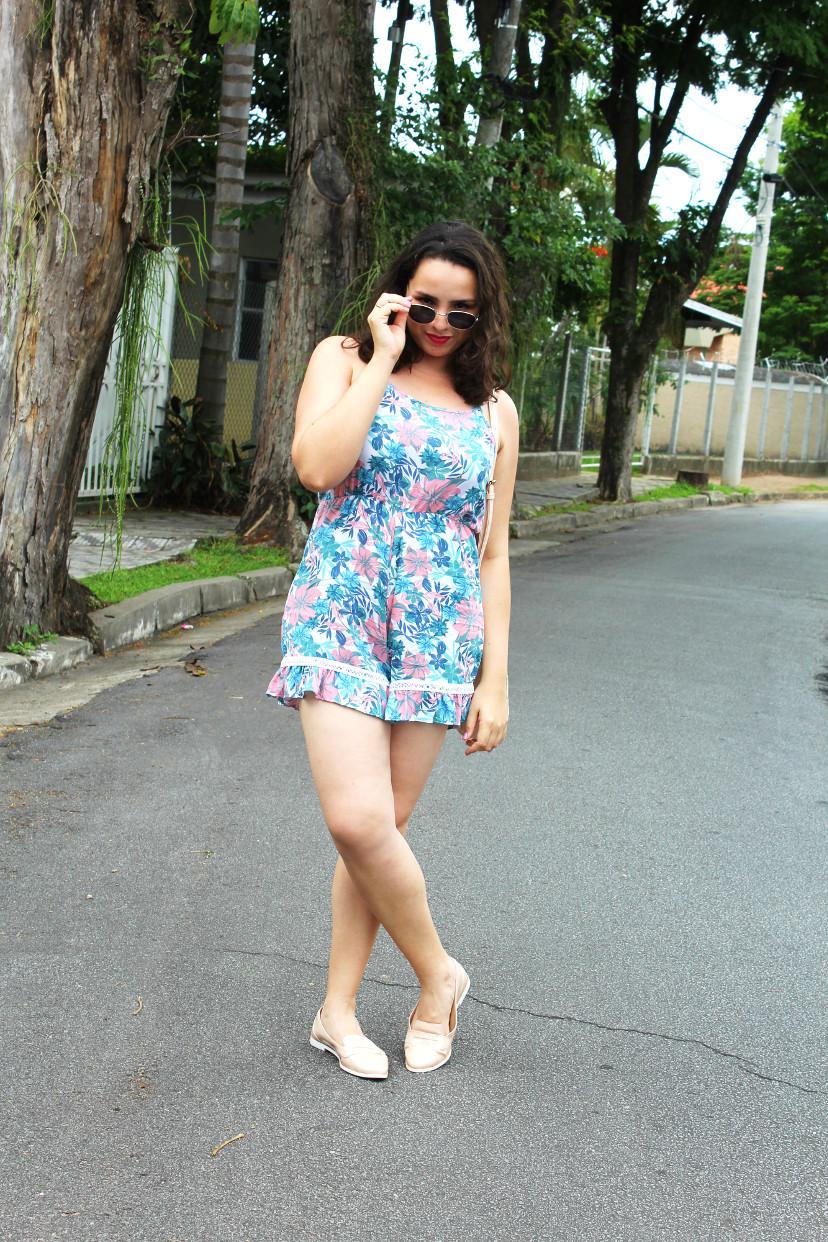 Mulher vestindo maquinho estampado de azul e rosa