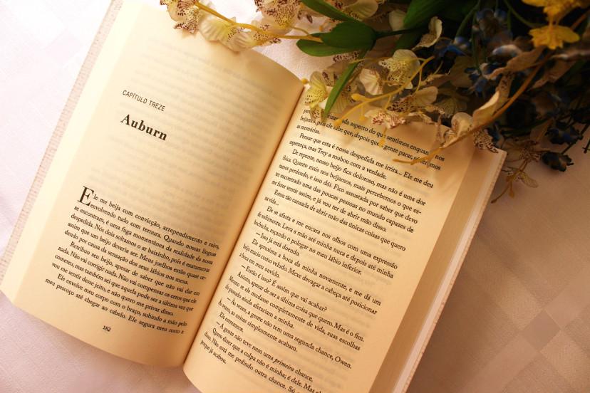 Páginas de livro com ramalhete de flores