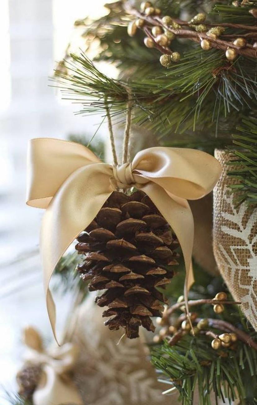 Decoração de natal com pinhas na árvore de natal
