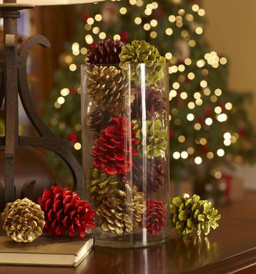 Decoração de natal com pinhas coloridas