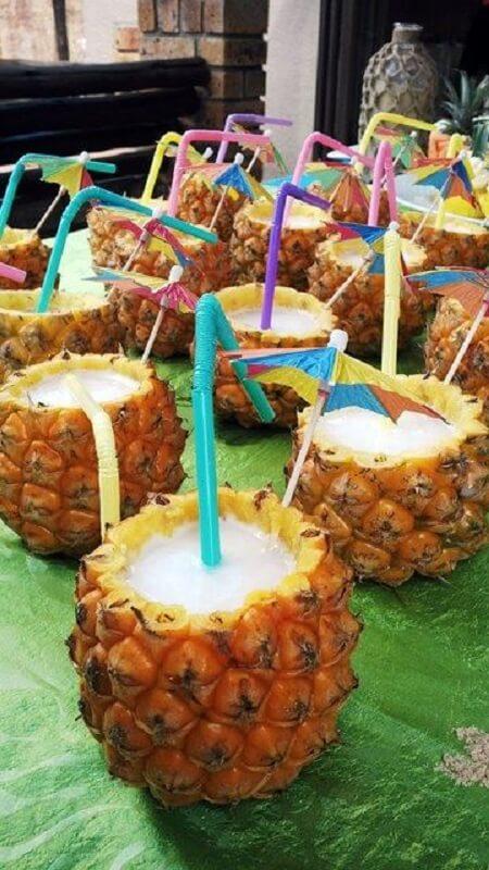 Bebida servida em abacaxi