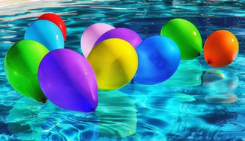 Decoração com balões na festa na piscina