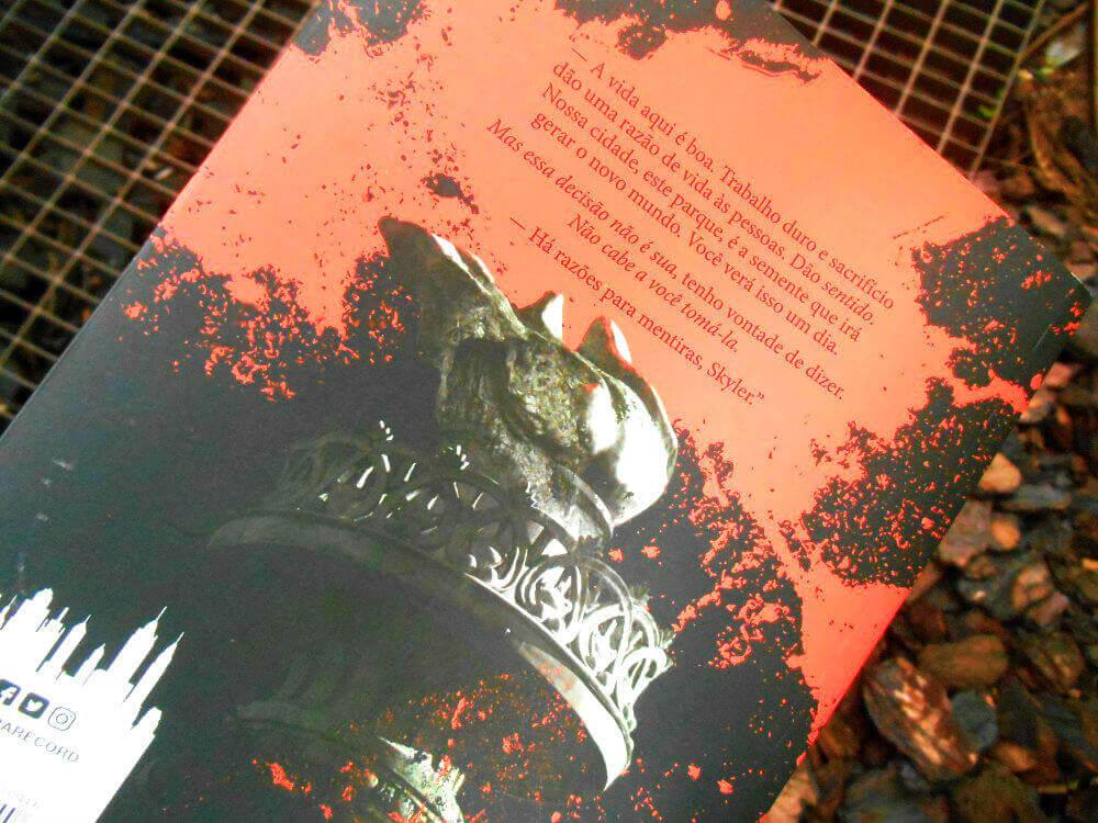 Contra capa do livro - Cidade de Selvagens