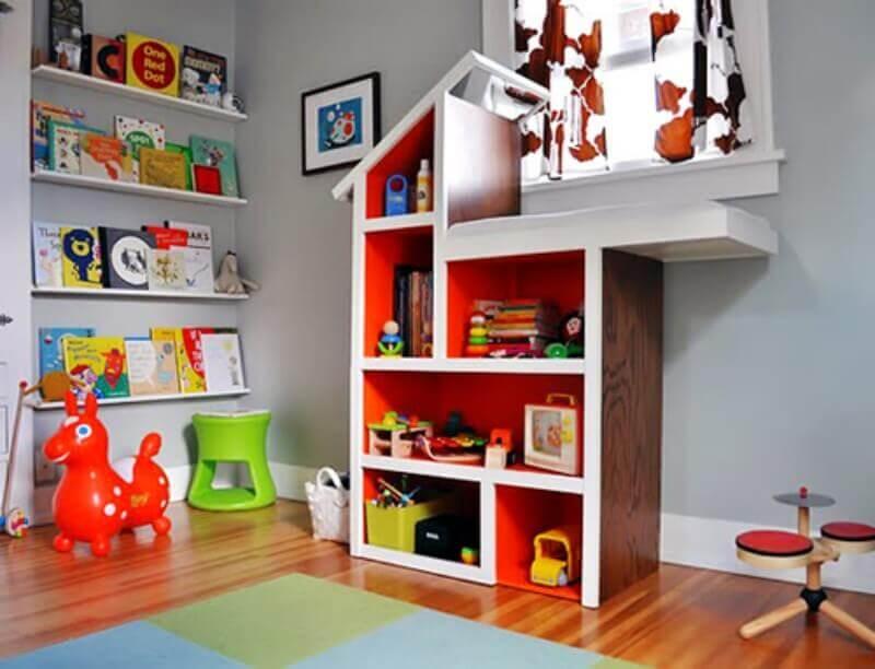 decoração com estante colorida para quarto infantil