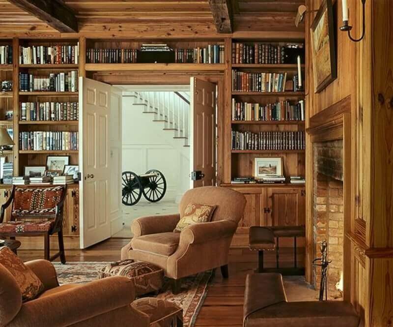 escritório todo com estante de madeira e decoração rústica