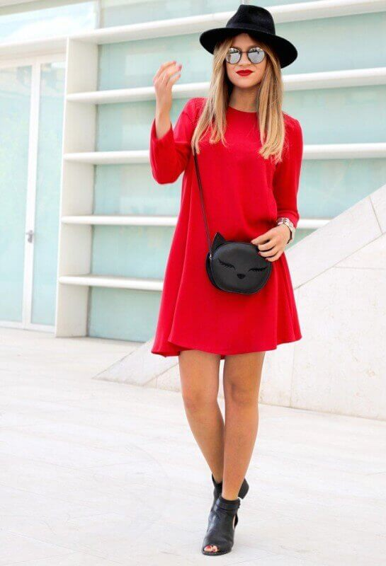 look casual vestido vermelho botinha preta chapéu preto