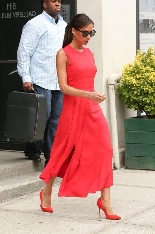 look com vestido vermelho midi com sapato scarpin vermelho