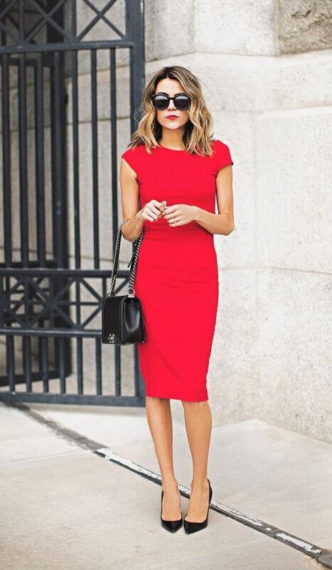 look vestido vermelho tubinho com sapato preto