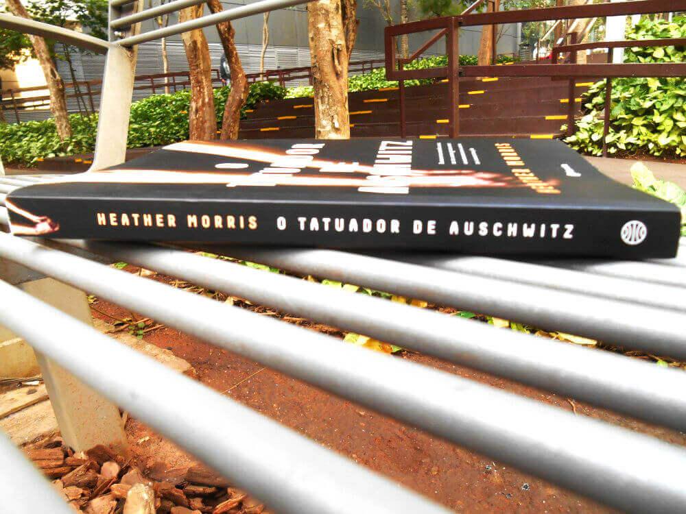 lombada do livro o tatuador de Auschwitz