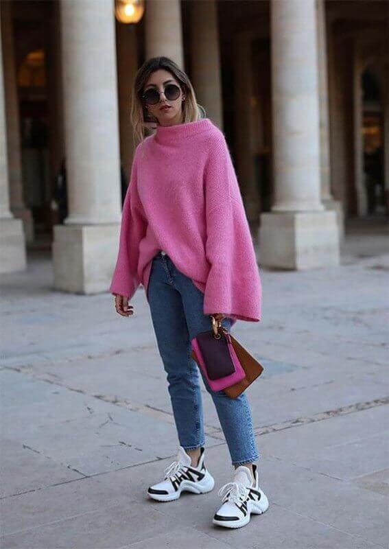 look-com-dad-sneakers-preto-e-branco-calça-jeans-e-blusa-rosa