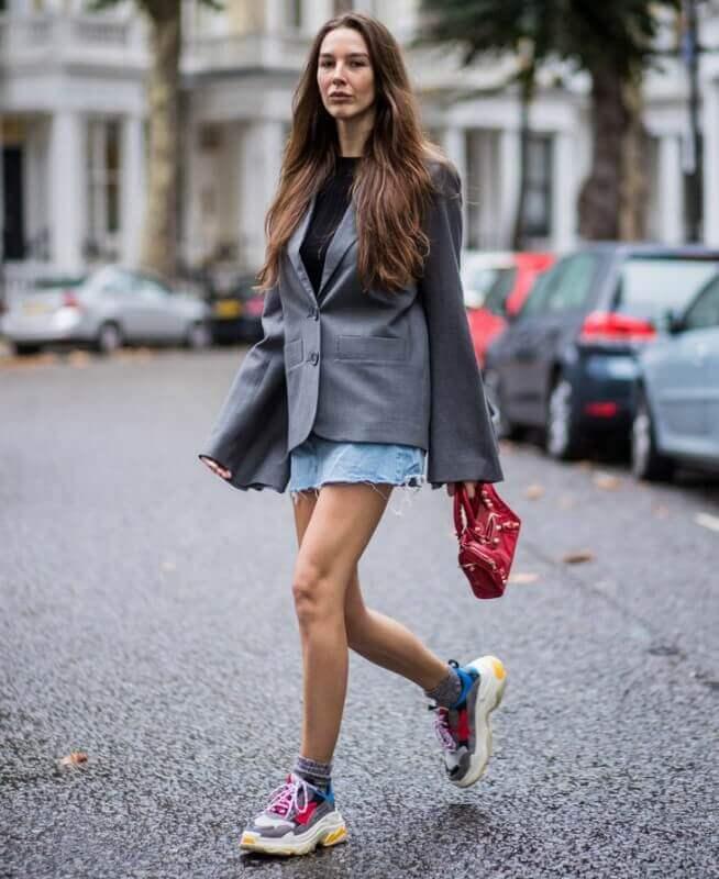 look-com-mini-saia-jeans-blazer-e-dad-sneakers