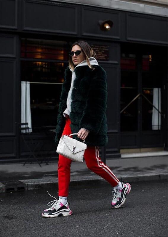 look-de-inverno-com-dad-sneakers-calça-vermelha-e-casaco-de-pelúcia