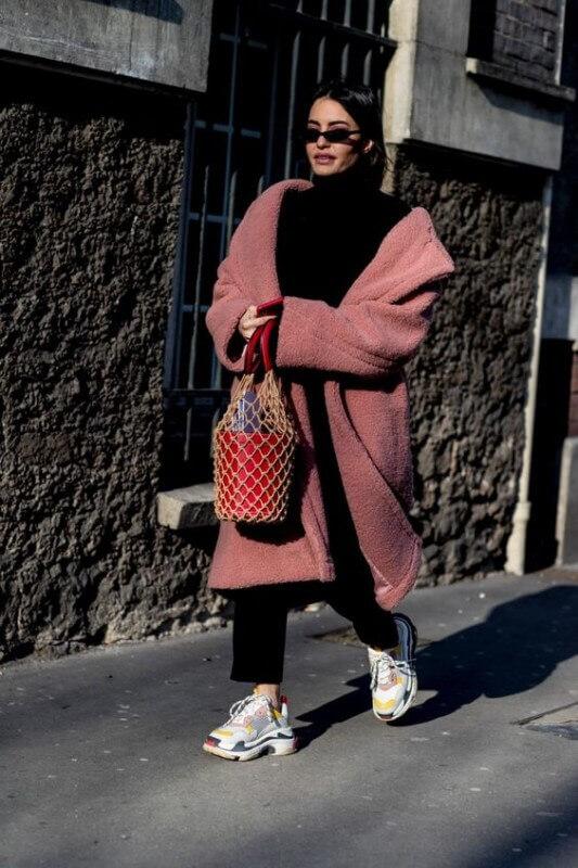 look-inverno-com-dad-sneakers-casaco-de-pelucia-rosa
