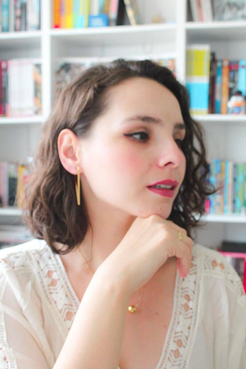 mulher com acessorios minimalistas dourados