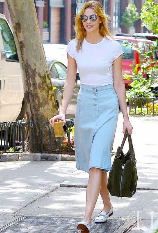 look-camiseta-branca-com-saia-jeans-midi-com-botões Foto Comer Blogar AMar