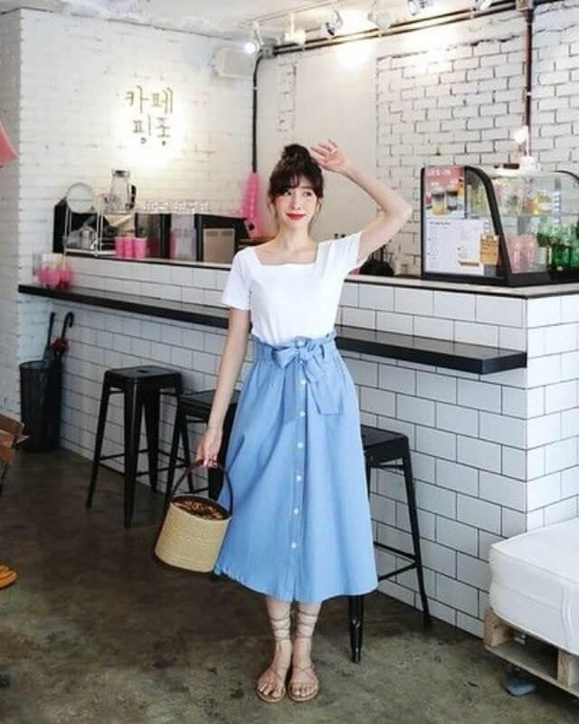 look-com-rasteirinha-e-saia-jeans-midi-com-botões-e-laço Foto Inspire4What