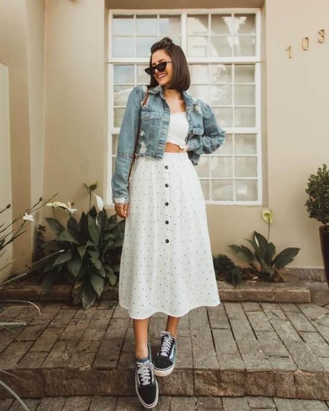look-saia-midi-de-botão-com-tenis-e-jaqueta-jeans Foto Viih Rocha