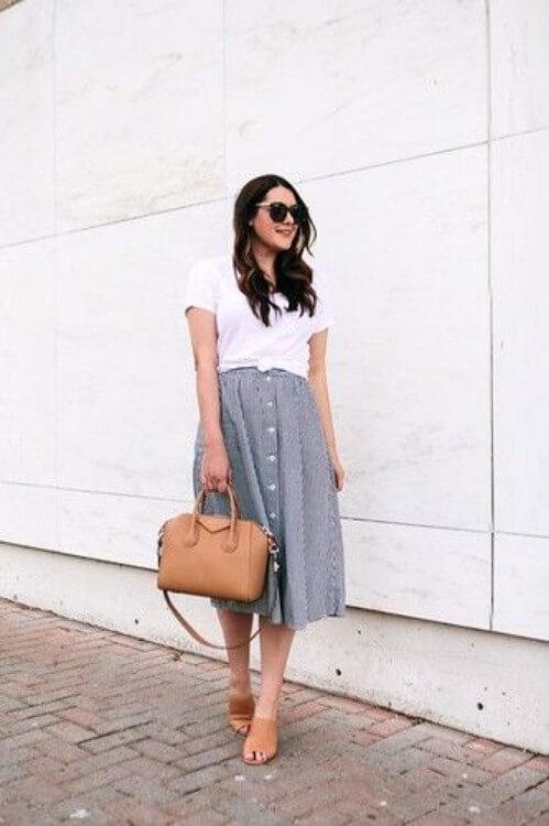 look-saia-midi-de-botão-na-frente-e-camiseta-branca Foto Inspire4What