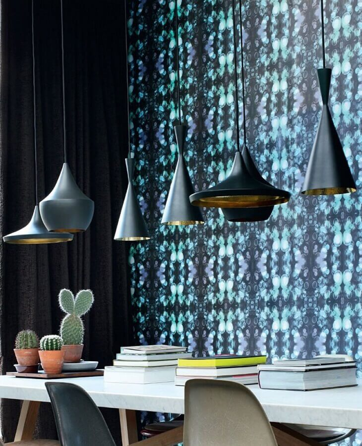 sala de jantar moderna decorada com pendentes pretos e papel de parede azul